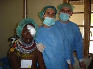 Médicos con paciente en Turkana (Kenia). Fundación Emalaikat. Financiado por ACAS