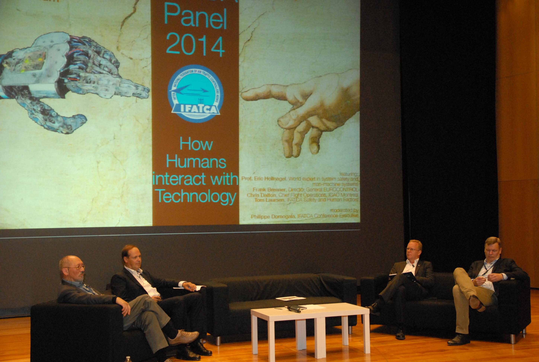 """Debate sobre """"Cómo interactúan los humanos y la tecnología"""""""