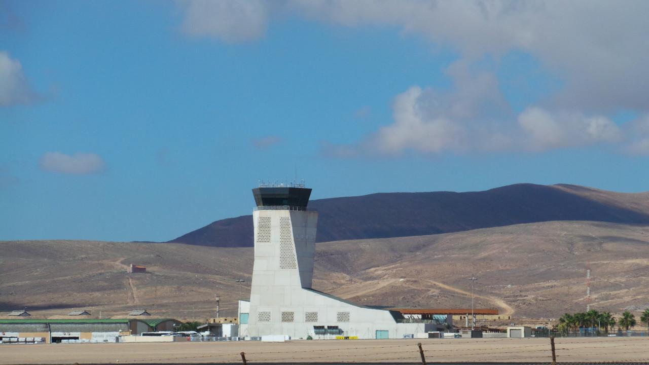 Resultado de imagen de controladores aéreos despedidos en Fuerteventura